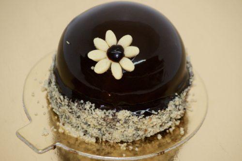 Floricele pe câmpii,  Hai să le gustăm copii 😉  Floricele pe Câmpii – Blat de Cacao, Mousse de Ciucalată cu Lapte și Inserție de Căpșuni, toate atinse delicat de o Glazură Oglindă de Ciocolată și dichisită cu o Floricică 😉