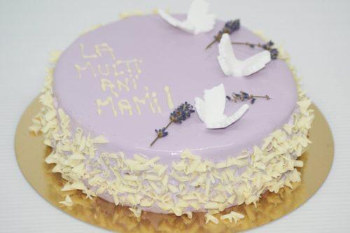 Tort cu Fluturi... în Stomac  Blat de Ciocolată Albă, Mousse de Vanilie cu Lavandă, Mousse de Iaurt cu Lămâie și Glazură Oglindă Lila  Glazura conține colorant alimentar.
