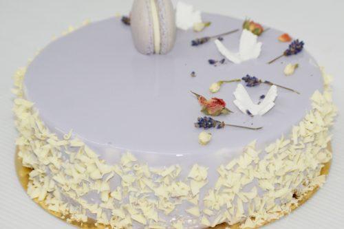 Blat de Ciocolată Albă, Mousse de Vanilie cu Lavandă, Mousse de Iaurt cu Lămâie și Glazură Oglindă Lila  Glazura conține colorant alimentar.